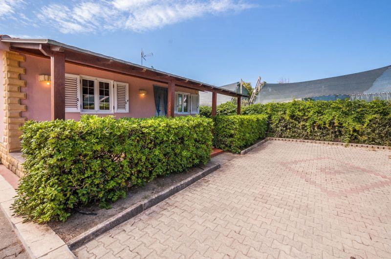 Vista esterna della casa vacanze Affitto Villa  115897 Campofelice di Roccella